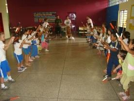Aula de Maculelê para uma turma de crianças do Amorim Lima.